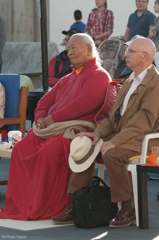 Ринпоче и Лама Дени смотрят выступление.