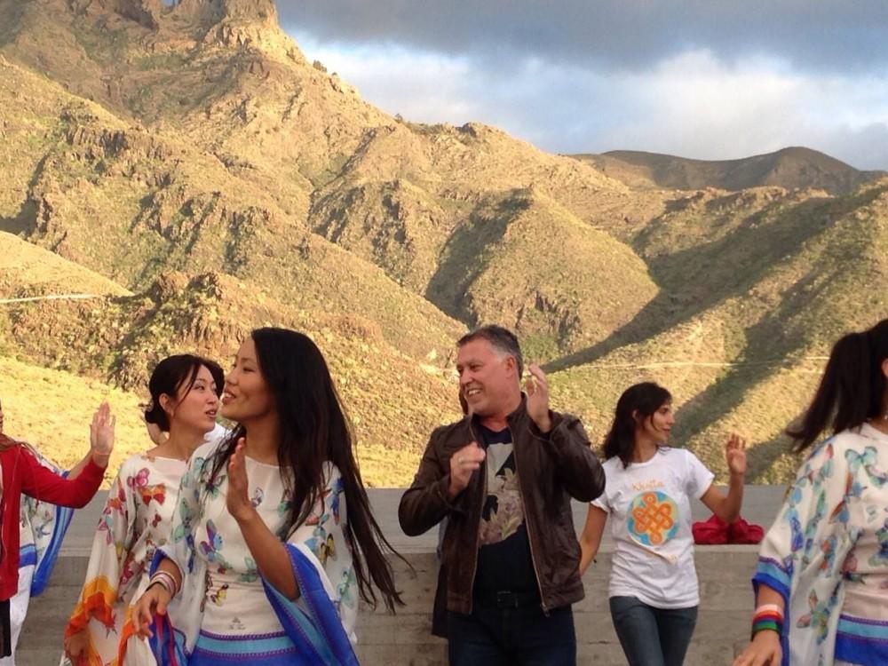 Советник по вопросам художественного и культурного наследия в Адехе, Андрес Перез Рамос, наслаждается танцами Кайта