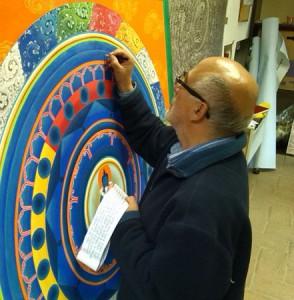 Джорджо Даллорто копирует мантры, выполненные письмом учен. Фото: Николь Станисова.