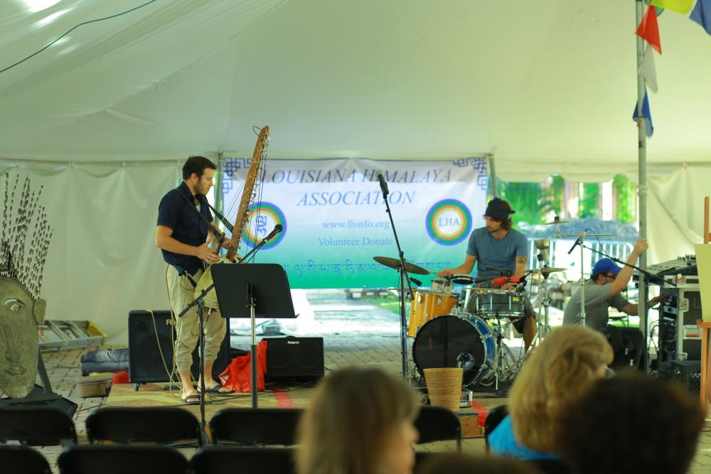 Местные музыканты поднесли свои таланты, чтобы сделать мероприятие оживленным.