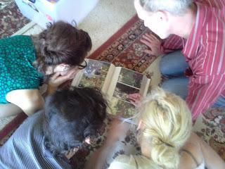 Рассматриваем фото в доме Ринпоче