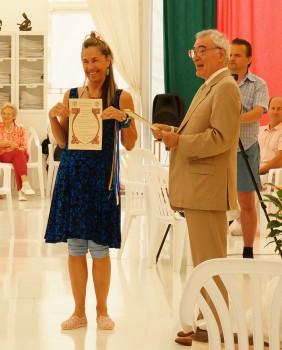 Prof.-Raftis-presenting-the-CID-certificates-e1460355190516-282x350