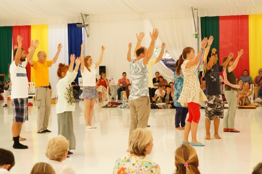 Teaching-a-dance-to-volunteers-from-the-audience-526x350