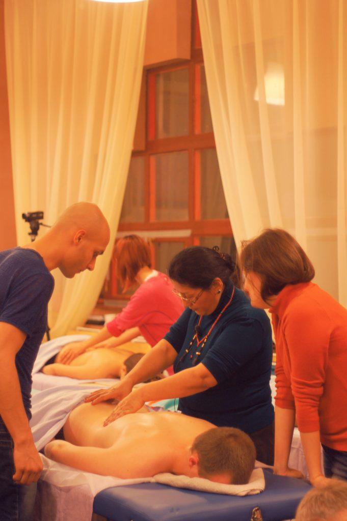 Практика массажа Ку-нье в Школе тибетской медицины.