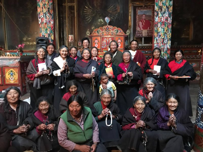 Old-ladies-studying-Tibetan-language-in-Galenting-e1508142756342