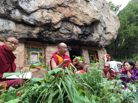 The-7th-Dzogchen-Rinpoche-giving-teachings-on-The-Words-of-My-Perfect-Teacher-which-was-written-in-the-cave-in-the-picture-above-Dzogchen-monastery-467x350
