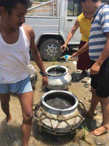 Освобождение рыбы в Весак на реке Трисули, Непал